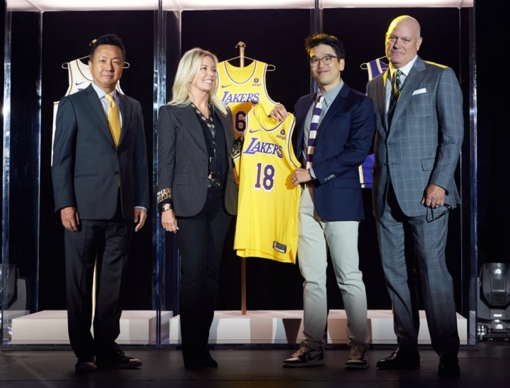 President of the Los Angeles Lakers Jeanie Buss, second from left, poses with Lee Sun-ho, head of the global business team at CJ CheilJedang, during a signing ceremony for a global marketing partnership at the Staples Center in Los Angeles, Sept. 20. Courtesy of CJ CheilJedang