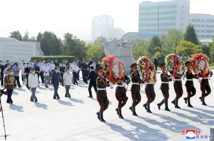 In this photo released by North Korea's official Korean Central News Agency, North Koreans place wreaths at a national cemetery in Pyongyang, Sept. 9. Yonhap