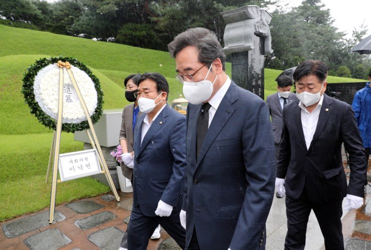 Lee Nak-yon, a presidential contender of the ruling Democratic Party of Korea, leaves Seoul National Cemetery, where former President Kim Dae-jung is buried, after paying his respects to the late president, Sept. 7. Joint Press Corps