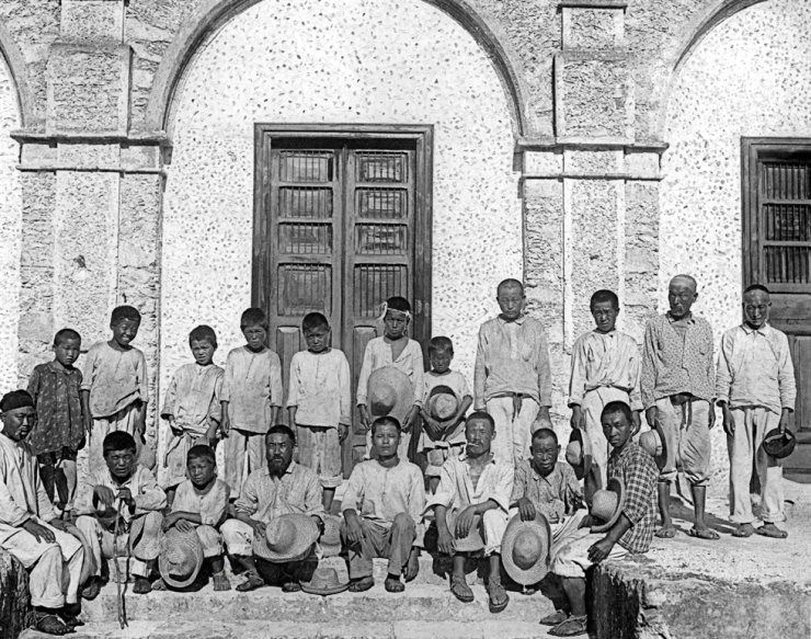 A photo taken after the arrival of Mexico's first generation of Korean immigrants, who worked in the plantations of the Yucatan Peninsula, May 12, 1905 / Yonhap