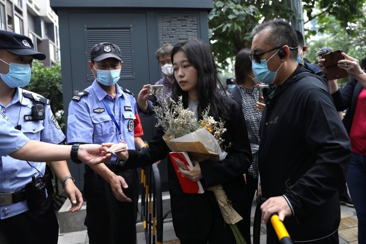 Zhou Xiaoxuan has her identity card checked as she arrives at a court for a sexual harassment case involving a Chinese state TV host, in Beijing, Sept. 14. Reuters-Yonhap