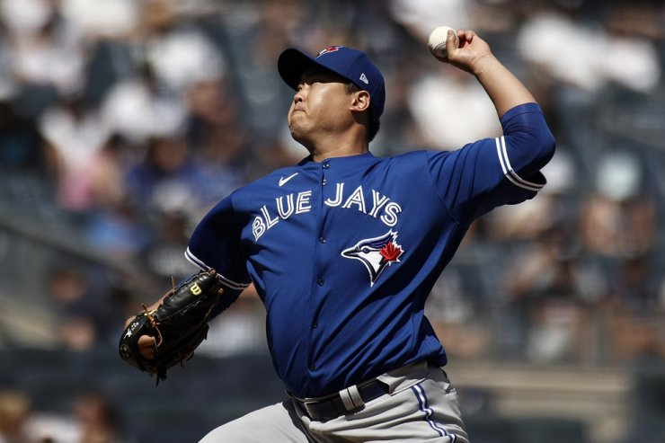 Toronto Blue Jays pitcher Ryu Hyun-jin delivers to the New York Yankees during the first inning of a baseball game, Sept. 6, in New York. AP-Yonhap