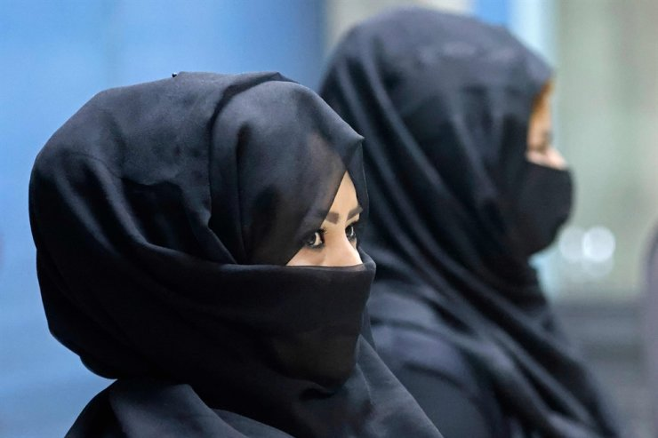 Afghan women airport workers are pictured at a security checkpoint of the airport in Kabul, Sept. 12. Of the more than 80 women working at the airport before Kabul fell to the Taliban on August 15, just 12 have returned to their jobs. AFP-Yonhap