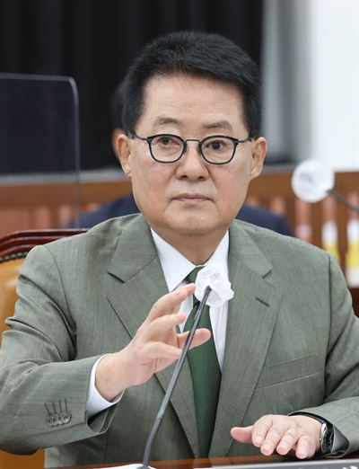 Rep. Kim Gi-hyeon, the floor leader of the main opposition People Power Party, drinks water before a press conference at the National Assembly in Seoul, Sunday. A picture standing next to him shows National Intelligence Service Director Park Jie-won and Cho Sung-eun, the whistleblower of a power abuse scandal linked to former Prosecutor General Yoon Seok-youl, back in 2018 when the two were in the People's Party. Korea Times photo by Bae Woo-han