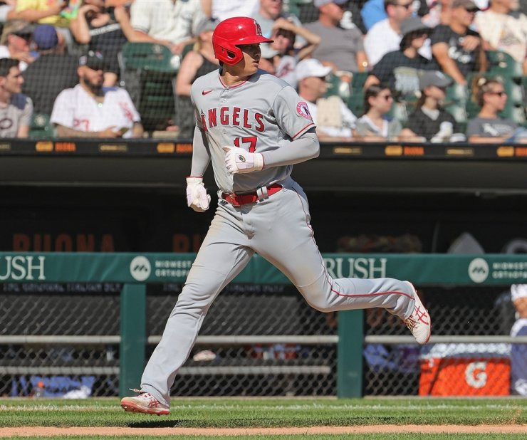 Shohei Ohtani of the Los Angeles Angels comes in to score a run in the 5th inning against the Chicago White Sox at Guaranteed Rate Field in Chicago, Sept. 16. AFP-Yonhap