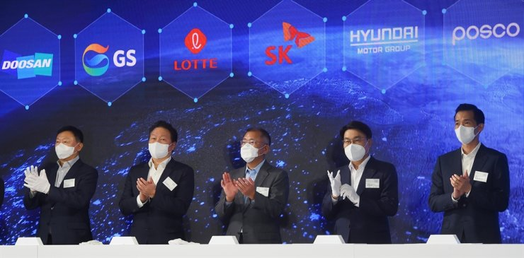 Heads of major conglomerates attend the?launch of the H2 Business Summit, aimed at enhancing cooperation in the hydrogen sector, at KINTEX in Goyang, Gyeonggi Province, Wednesday. From left are Lotte Group Chairman Shin Dong-bin, SK Group Chairman Chey Tae-won, Hyundai Motor Group Chairman Chung Euisun, POSCO Group Chairman Choi Jeong-woo and Hanwha Group President Kim Dong-kwan. Yonhap