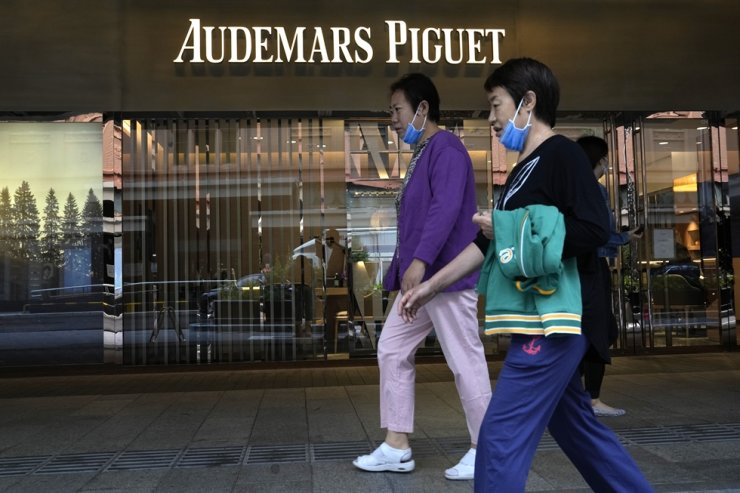 Visitors to a mall walk past the Audemars Piguet store in Beijing, Sept. 6. Chinese singer and actor Lu Han, a former member of popular K-pop boy band EXO, said Sunday that he will cut ties with Swiss luxury watch brand Audemars Piguet after its CEO referred to Taiwan as a country in an interview. AP-Yonhap