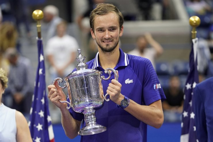 Daniil Medvedev of Russia holds the championship trophy after defeating Novak Djokovic of Serbia at the men's singles final of the U.S. Open tennis championships, Sept. 12, in New York. AP-Yonhap