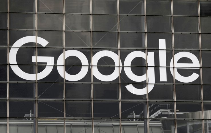 The logo of Google is seen on a building at La Defense business and financial district in Courbevoie near Paris, Sept. 1, 2020. Korea's antitrust regulator said Wednesday it has decided to fine global tech giant Google 207.4 billion won ($176.8 million) for its alleged abuse of the market dominance in the mobile operating system and app markets. Reuters-Yonhap
