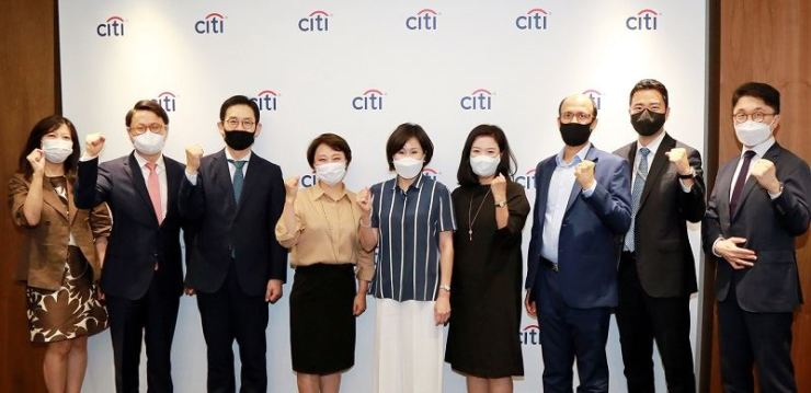 Citibank Korea CEO Yoo Myung-Soon, center, poses with the bank's ESG Council members at the bank's main branch in Seoul in this June file photo. Courtesy of Citibank Korea