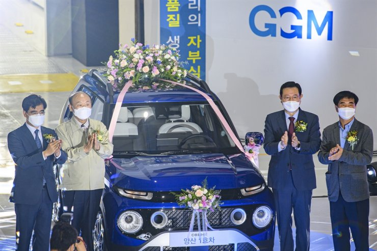 The first Casper SUV to roll off the assembly line is introduced during a ceremony celebrating the start of mass production at Gwangju Global Motors' (GGM) plant, Wednesday. GGM is a joint venture between Hyundai Motor and Gwangju Metropolitan Government and the first outcome of the Moon Jae-in administration's a job creation project to reinvigorate regional economies. From left are Hyundai Motor President Gong Young-woon; GGM CEO Park Gwang-tae; Gwangju Mayor Lee Yong-seop; and Yoon Jong-hae, chief of the Gwangju and South Jeolla Chapter of the Federation of Korean Trade Unions. Yonhap
