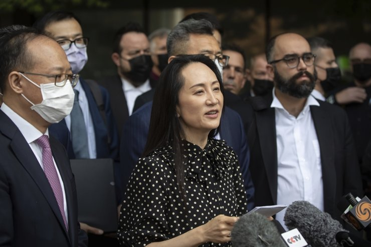 Meng Wanzhou, chief financial officer of Huawei, reads a statement outside the B.C. Supreme Court in Vancouver, British Columbia, Canada, Sept. 24. AP-Yonhap