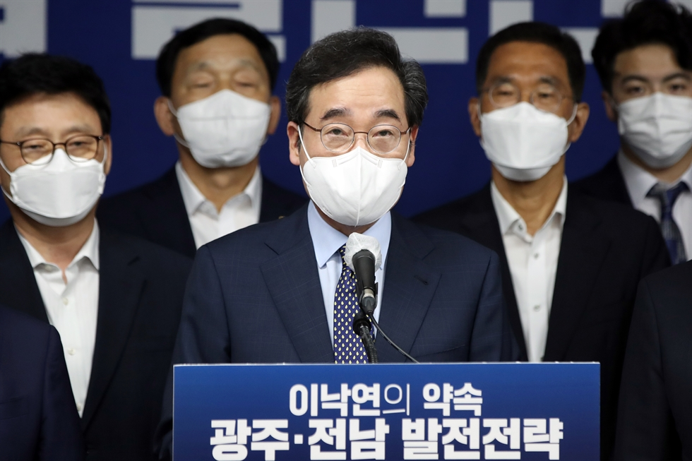 Lee Nak-yon, a presidential contender of the ruling Democratic Party of Korea, delivers a speech during a regional primary event of Gangwon Province, held at Oak Valley Resort Convention Center in Wonju, Sunday. He ranked second after Gyeonggi Provincial Governor Lee Jae-myung. Yonhap