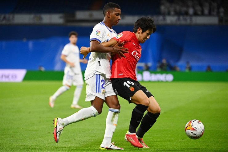 Real Madrid's Brazilian forward Rodrygo, left, challenges Real Mallorca's forward Lee Kang-in during the Spanish League footbal match between Real Madrid CF and Real Mallorca at the Santiago Bernabeu stadium in Madrid, Sept. 22. AFP-Yonhap