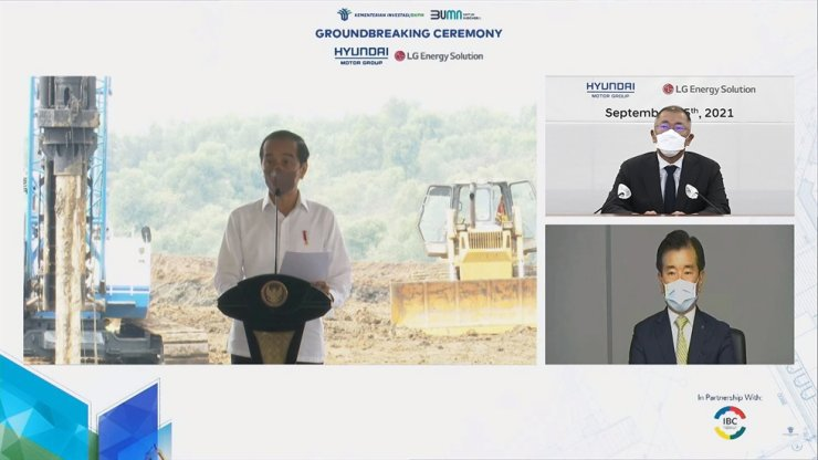 Indonesian President Joko Widodo, left, gives a congratulatory speech at the joint Hyundai Motor Group―LG Energy Solution battery plant groundbreaking ceremony held in Karawang New Industry City (KNIC), Wednesday. Upper right, Hyundai Motor Group Chairman Chung Euisun, bottom right LGES CEO Kim Jong-hyun. Courtesy of Hyundai Motor Group