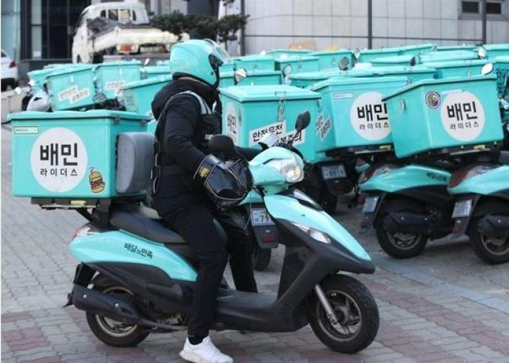 A Baedal Minjok (Baemin) food delivery rider in Yeouido, southwestern Seoul, Wednesday. Yonhap