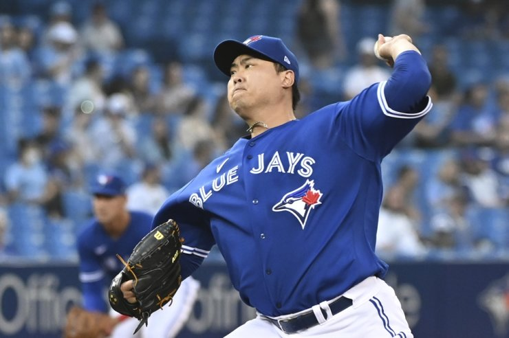 Ryu Hyun-jin of the Toronto Blue Jays pitches against the Minnesota Twins in the top of the first inning of a Major League Baseball regular season game at Rogers Centre in Toronto, Sept. 17, in this Canadian Press photo via Associated Press. AP-Yonhap