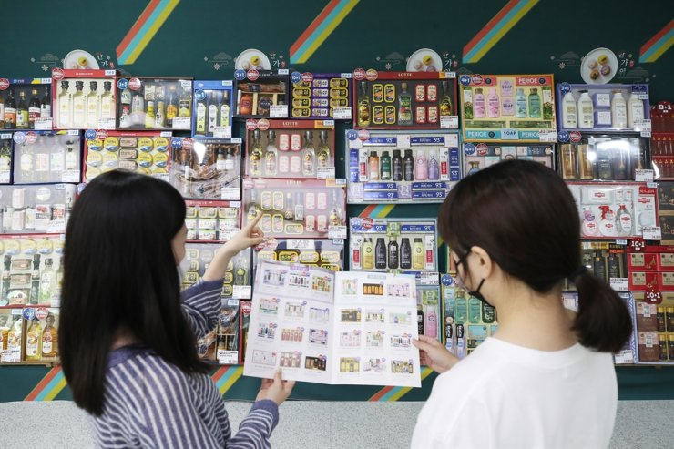 Consumers choose Chuseok gift sets from the shelves via a brochure at NH Hanaro Mart's Yangjae outlet in southern Seoul, Sept. 2. Yonhap