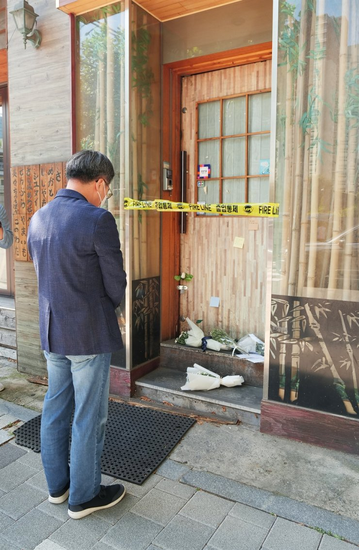 Former Finance Minister Kim Dong-yeon, who has declared his presidential bid, pays a silent tribute in Seoul's Mapo District, Tuesday, to the owner of a small pub who recently died, presumably by suicide, after having suffered from severe financial difficulties caused by the prolonged COVID-19 pandemic. Yonhap