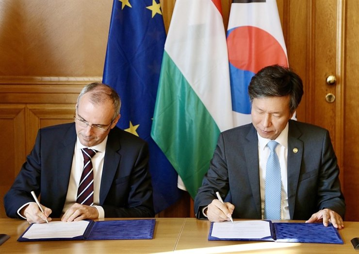National Tax Service (NTS) Commissioner Kim Dae-ji, right, signs a copy of a memorandum with his Hungarian counterpart, Vagujhelyi Ferenc. Courtesy of National Tax Service