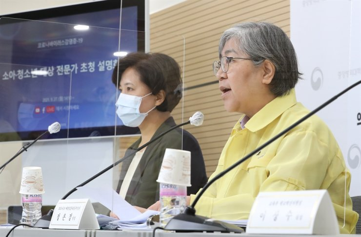 Korea Disease Control and Prevention Agency (KDCA) Commissioner Jeong Eun-kyeong, right, speaks during a briefing on the government's vaccination plan for the fourth quarter at the KDCA office in Cheongju, North Chungcheong Province, Monday. Yonhap