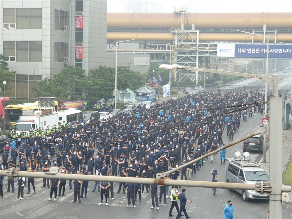 Yang Kyung-soo, chief of the Korean Confederation of Trade Unions, is taken by police officers from the union's headquarters in Seoul, Thursday, as an arrest warrant has been issued for him for leading mass rallies in violation of the government's regulations aimed at curbing COVID-19 infections. Yonhap