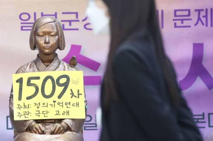 A statue symbolizing victims of the Japanese imperial military's sexual slavery before and during World War II, is seen during the 1,509th weekly rally to call for an official apology from the government in Tokyo, in front of former site of the Japan's embassy in Seoul, Wednesday. Yonhap