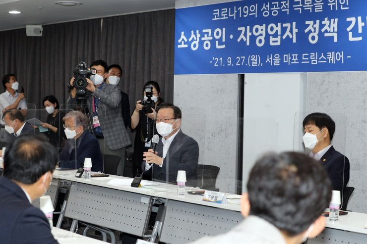 Prime Minister Kim Boo-kyum, second from right, speaks during a meeting with small business owners and the self-employed, at a small business support center in Mapo, western Seoul, Monday, to listen to their problems arising from the COVID-19 pandemic. Yonhap
