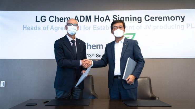LG Chem CEO Shin Hak-cheol, right, shakes hands with Archer Daniels Midland (ADM) CEO Juan Luciano after signing a deal at ADM headquarters in Chicago, Monday, to establish a joint venture plant to manufacture bio-plastics. Courtesy of LG Chem