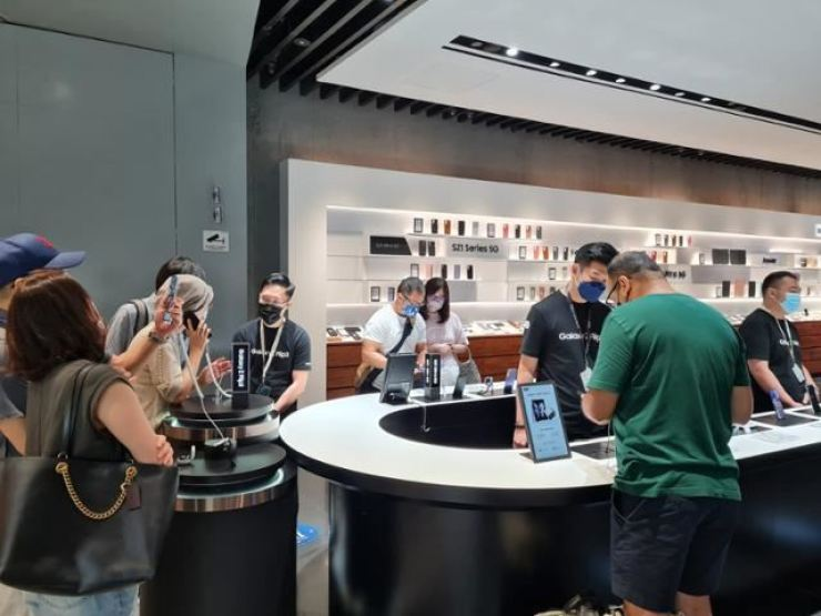 Consumers take a look Samsung Electronics' foldable phones at a Samsung store in Singapore, Aug. 27. Courtesy of Samsung Electronics
