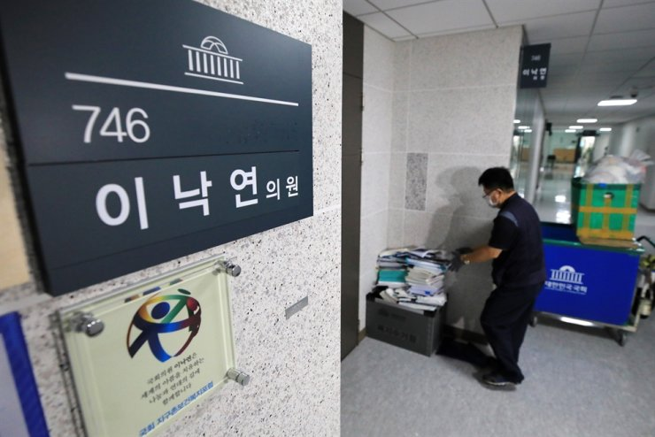 A A National Assembly worker clears out documents from the office of Rep. Lee Nak-yon of the liberal ruling Democratic Party of Korea, Thursday, a day after Lee announced he would quit his Assembly seat to focus on the presidential election. Joint Press Corps