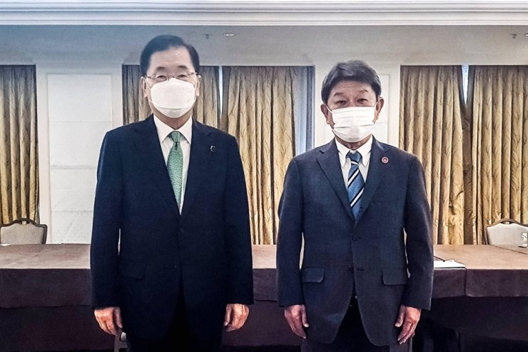 Foreign Minister Chung Eui-yong, left, and his Japanese counterpart Toshimitsu Motegi pose for a photo after holding bilateral talks in London, in this May 5 file photo. Korea Times file