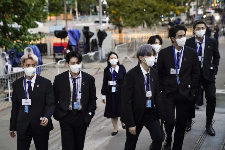 Members of K-pop band BTS arrive to security check-in at United Nations headquarters in New York City, Sept. 20. They have returned home Friday after a weeklong trip to the U.S. city as special presidential envoys. AP-Yonhap