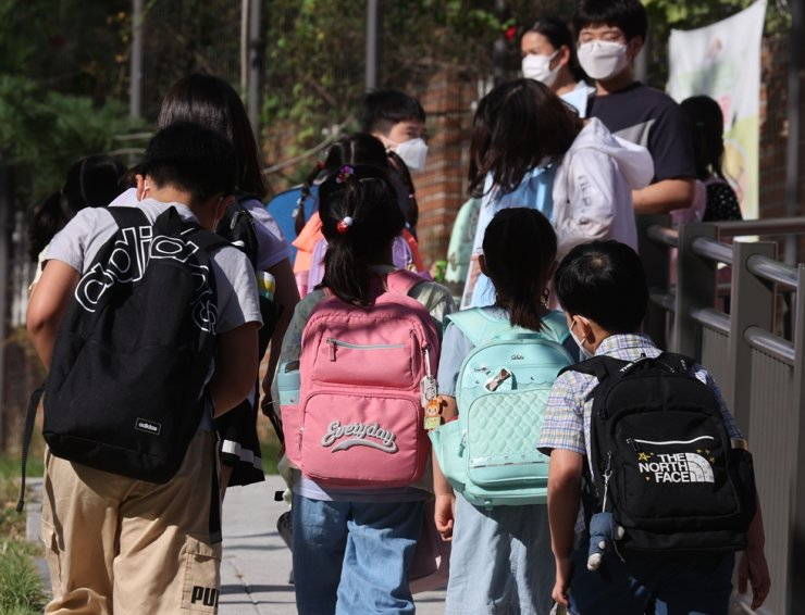 Students walk toward an elementary school in Seoul, Sept. 6. Yonhap