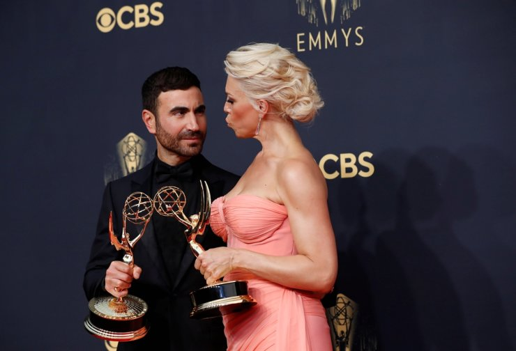 Brett Goldstein poses with his award for outstanding supporting actor in a comedy series for 'Ted Lasso' next to Hannah Waddingham winner of award for outstanding supporting actress in a comedy series, also for 'Ted Lasso,' during the 73rd Primetime Emmy Awards in Los Angeles, Sept. 19. Reuters-Yonhap