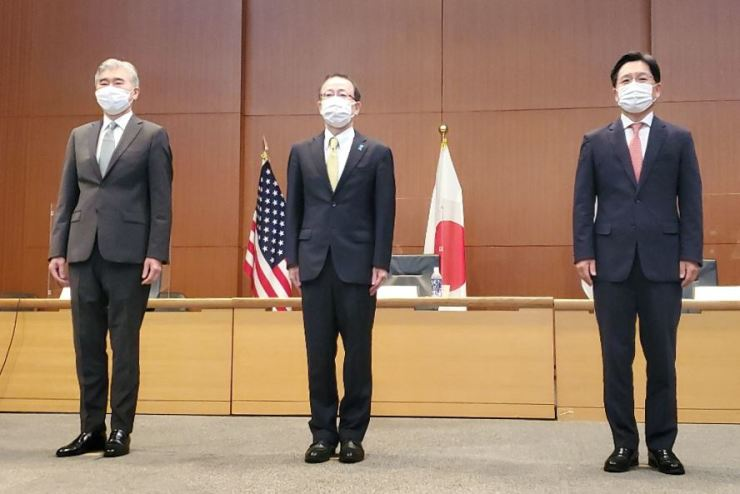 Chief nuclear envoy Noh Kyu-duk, right, poses with his U.S. and Japanese counterparts, Sung Kim, left, and Takehiro Funakoshi, before their talks in Tokyo, Tuesday. Yonhap