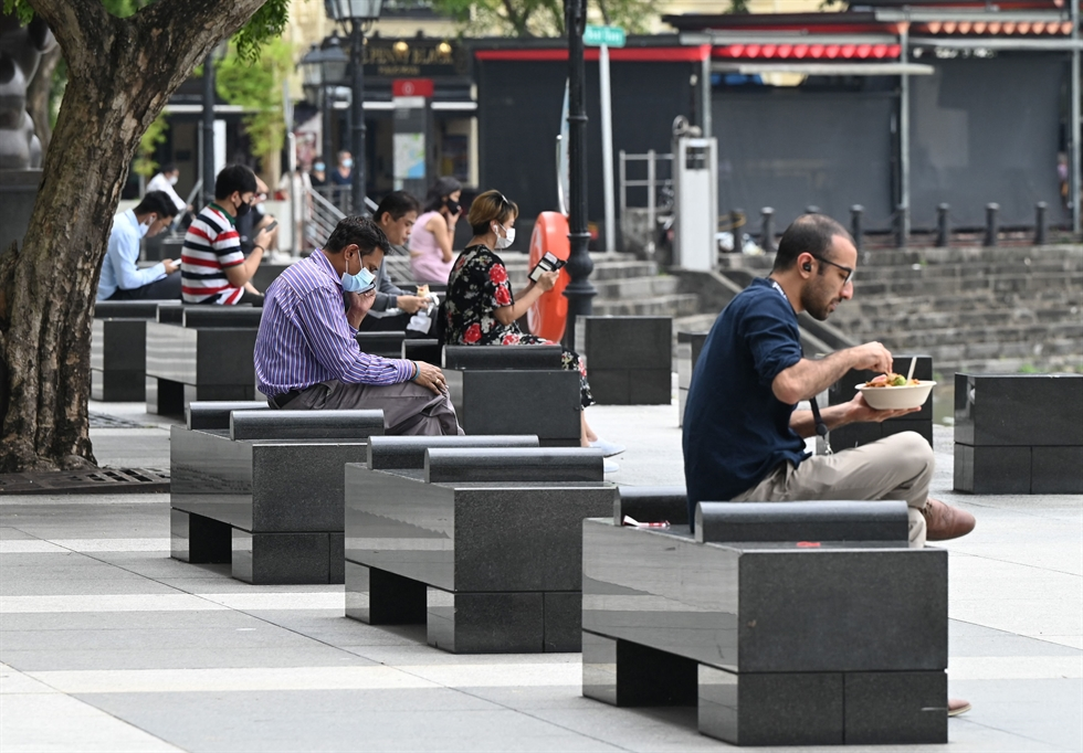 Office workers spend their lunch breaks at the central business district amid the COVID-19 pandemic in Singapore, Sept. 8. Reuters-Yonhap