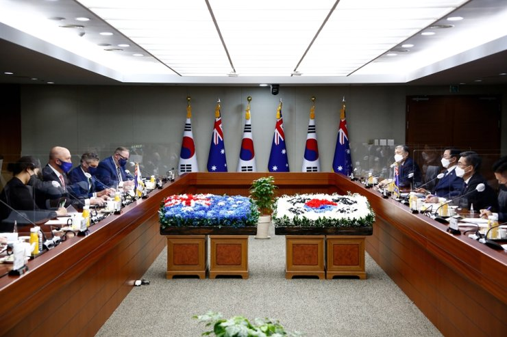 Australian Defense Minister Peter Dutton, second left, talks with South Korean Defense Minister Suh Wook, second right, during their meeting at the Ministry of National Defense in Seoul, Sept. 13. Reuters-Yonhap