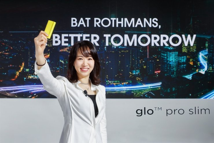BAT Rothmans Country Manager Kim Eun-ji holds up the company's newly launched heat-not-burn cigarette glo pro slim at a world premiere ceremony in Seoul, Monday. Courtesy of BAT Rothmans