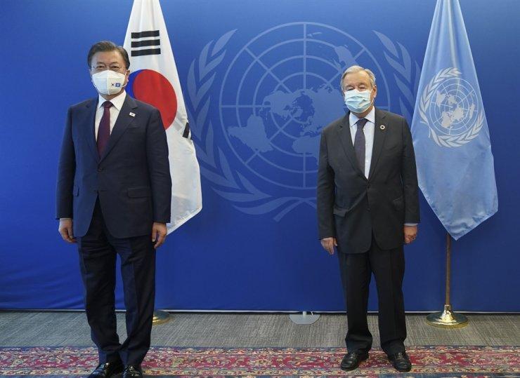 President Moon Jae-in, left, poses with U.N. Secretary-General Antonio Guterres before their meeting at the U.N., Sept. 20. Yonhap
