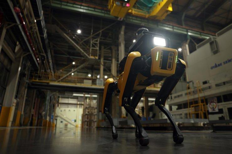 Boston Dynamics' safety patrol robot Spot patrols inside Kia's factory in Gwangmyeong, Gyeonggi Province, Friday. Courtesy of Hyundai Motor Group