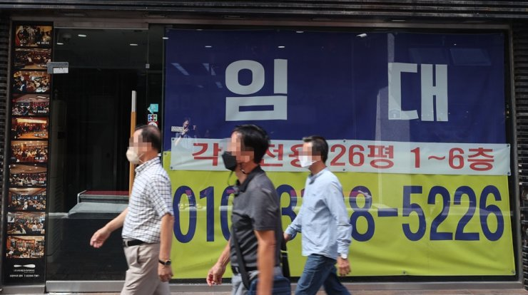 A sign for lease is put up at a store in the shopping district of Myeongdong in central Seoul, Sept. 15. Yonhap