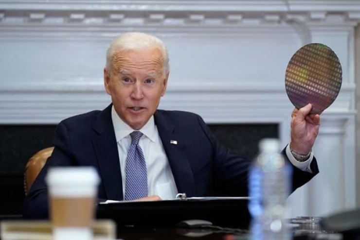 미국의 조 바이든 대통령은 현지 시간으로 4 월 12 일 백악관에서 열린 칩 업계의 경영진과의 가상 회의에서 실리콘 웨이퍼를 내걸고 있습니다.연합 뉴스