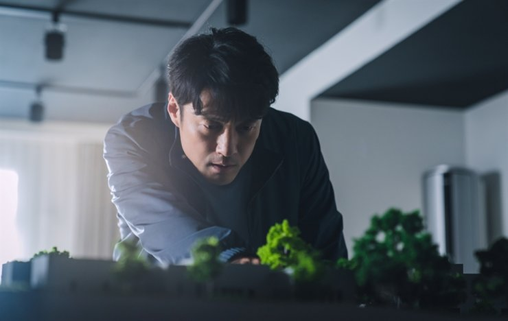 Actor Ji Jin-hee played a much-respected journalist and news presenter in the series, 'The Road: Tragedy of One.' Courtesy of tvN