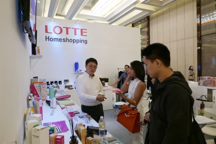 A Lotte Homeshopping employee introduces Korean firms' products to Indonesian buyers at an exhibition held in Jakarta, in this 2017 file photo. Courtesy of Lotte Homeshopping