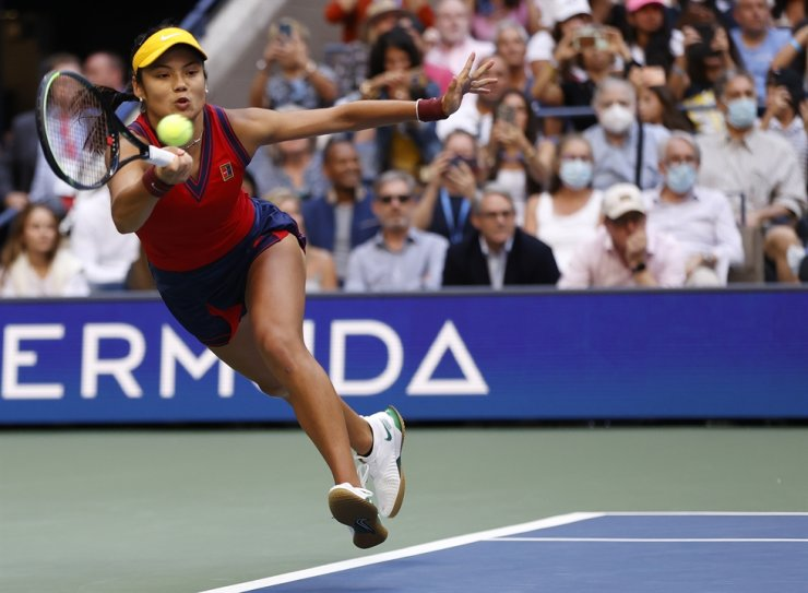 Emma Raducanu of Great Britain reacts hits a return to Lelyah Fernandez of Canada during the women's final match on the thirteenth day of the US Open Tennis Championships at the USTA National Tennis Center in Flushing Meadows, New York, USA, Sept. 11. EPA-Yonhap