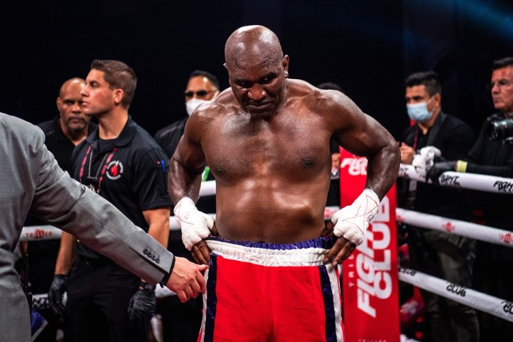 Former professional boxer Evander Holyfield looks on after loosing a boxing fight against Brazilian martial artist Vitor Belfort at Hard Rock Live in Hollywood, Fla., Sept. AFP-Yonhap