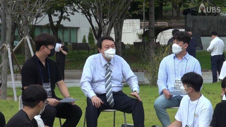 Former Prosecutor General Yoon Seok-youl talks with the students at Andong National University, North Gyeongsang Province, Sept. 13. / Screenshot from Andong National University Broadcasting Station (AUBS)