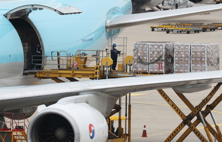 A total of 1.07 million doses of COVID-19 vaccines arrive at Incheon International Airport under the deal between the South Korean government and U.S. vaccine maker Moderna, Sept. 26. Yonhap