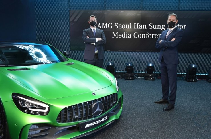 Mercedes-Benz Korea CEO Thomas Klein, left, and Han Sung Motor CEO Ulf Ausprung pose next to a Mercedes-AMG GT R vehicle during a press conference in Seoul, Thursday. Courtesy of Mercedes-Benz Korea